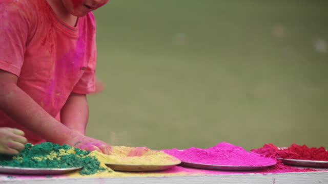 vídeos y material grabado en eventos de stock de group of kids playing holi festival in a lawn  - manos ahuecadas