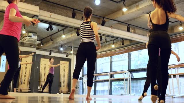 vídeos de stock, filmes e b-roll de grupo de mulheres coreanas, aprendendo a dançar em classe em um estúdio - dance studio