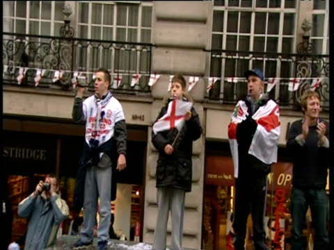group of lads on bus shelter waving and clapping england rugby union world cup victory parade 08 dec 03 - bandiera inglese video stock e b–roll