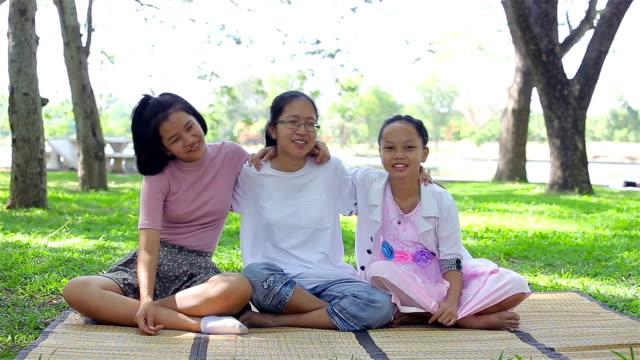 gruppe von glücklich asiatische mädchen spielen zusammen im park - 12 13 jahre stock-videos und b-roll-filmmaterial