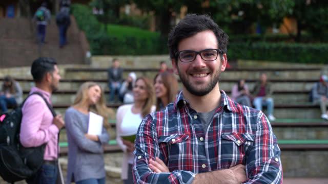 Gruppe von MBA-Studenten, die Spaß und dann männlichen Studenten direkt an die Kamera zu Lächeln