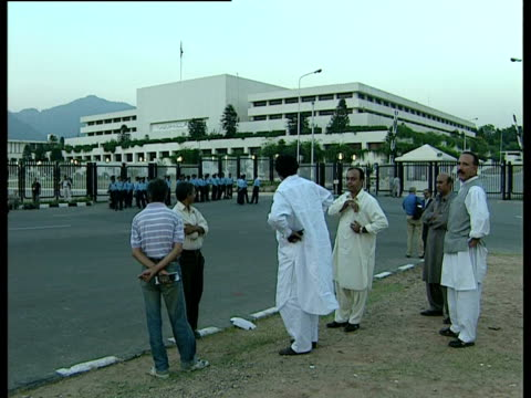 group of men and police officers outside the national assembly of pakistan during the military coup. - stato di emergenza video stock e b–roll