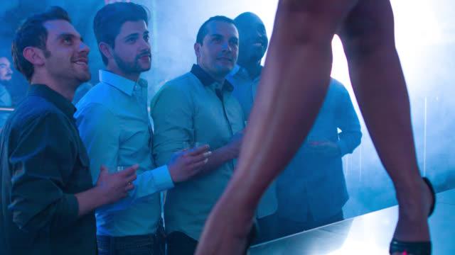 vídeos de stock, filmes e b-roll de grupo de homens em uma festa de despedida de solteiro - entertainment occupation