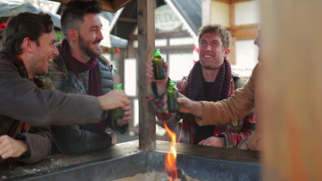 vídeos de stock, filmes e b-roll de grupo de homens alcança mais de umas cervejas - neckwear