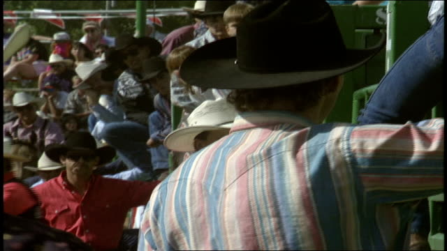 stockvideo's en b-roll-footage met group of men in cowboy hat opening a gate for bull rider - cowboyhoed