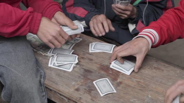 vídeos de stock e filmes b-roll de ms group of men playing cards and gambling / xam neua, laos - póquer