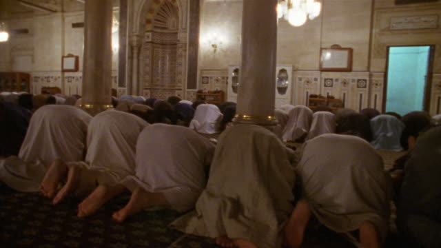 vídeos de stock, filmes e b-roll de ms, ds, group of men praying in sultan hassan mosque, rear view, cairo, egypt - madressa