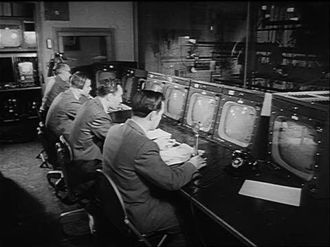 vídeos y material grabado en eventos de stock de b/w 1950 group of men watching monitors in control room of television studio - estudio de televisión