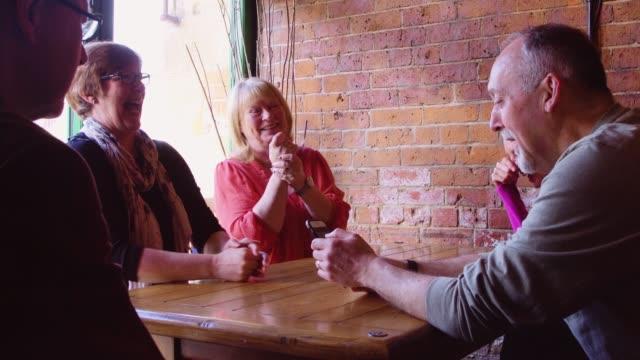 vidéos et rushes de groupe de milieu âgés amis en bar - cinq personnes