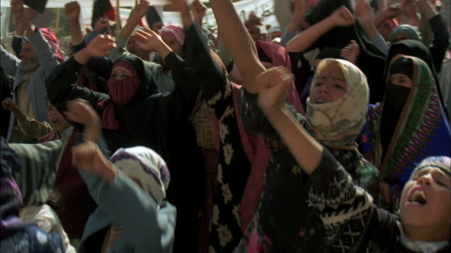 vidéos et rushes de a group of middle eastern people join in a protest. - moyen oriental