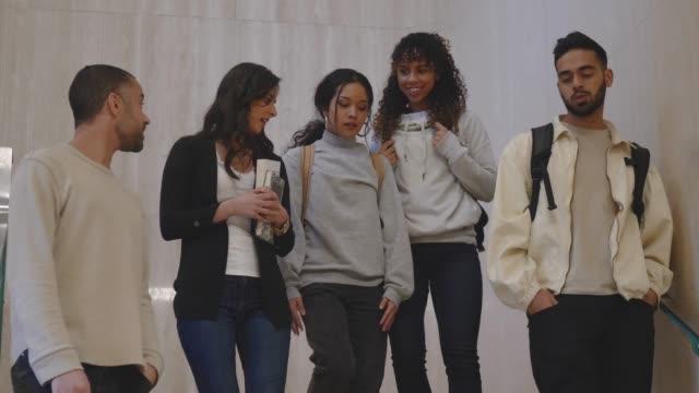 En grupp blandade etniska universitets studenter som gick tillsammans