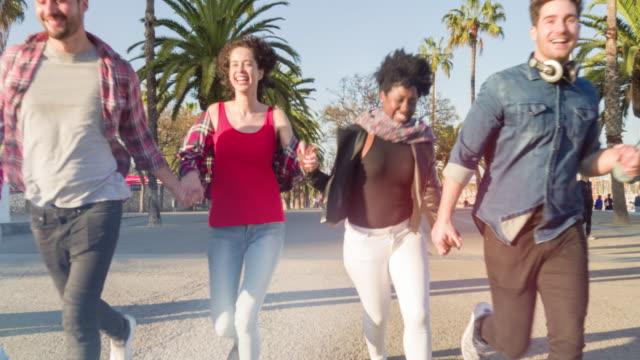 Groep van gemengd ras vrienden buiten plezier