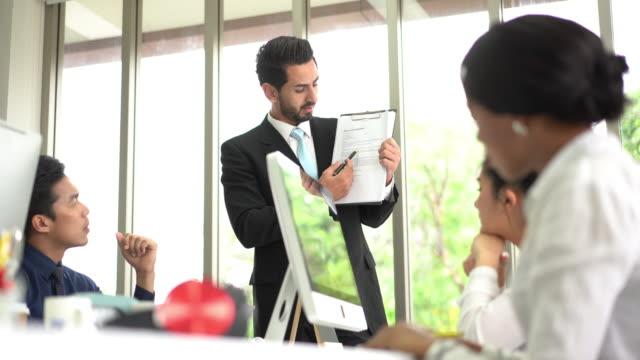 vidéos et rushes de groupe d'équipe d'affaires moderne et chef de file dans la stratégie d'affaires de planification de vêtements occasionnels - étude de marché