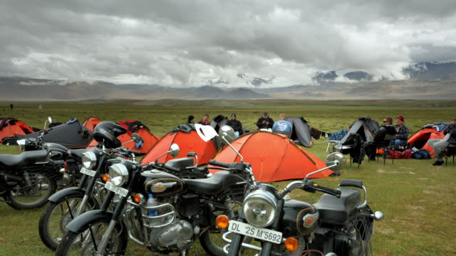 a group of motorcyclists camping in the himalayas - etnia indo asiatica video stock e b–roll