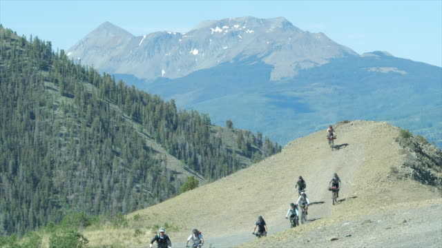 vídeos de stock e filmes b-roll de group of mountain bike cyclists in colorado amid 2020 coronavirus pandemic - geografia física