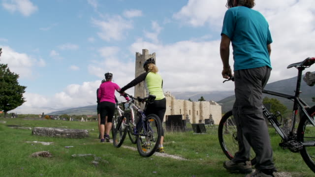 group of mountain bikers on sightseeing tour through dalmatia - gemeinsam gehen stock-videos und b-roll-filmmaterial