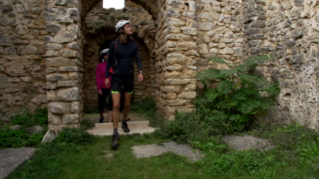 stockvideo's en b-roll-footage met group of mountain bikers on sightseeing tour through dalmatia - kroatië