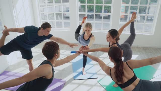 vídeos y material grabado en eventos de stock de grupo de personas multiétnicas y amigos practicando y estirando en clase de yoga - entrenamiento sin material