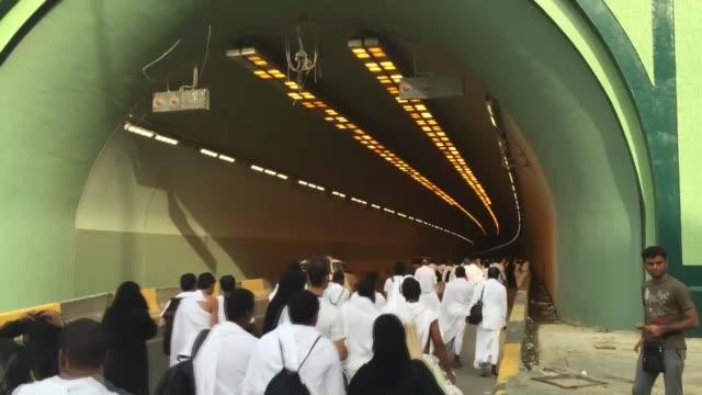 group of muslim pilgrims walk to visit mount arafat, also called jabal al-rahmah , as they take part in the hajj rituals in mecca, saudi arabia on... - 参加者点の映像素材/bロール