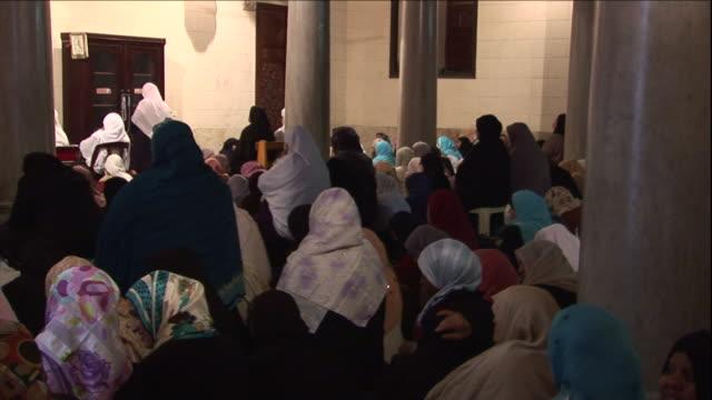 vídeos de stock, filmes e b-roll de a group of muslim women appear to be worshiping in public. - véu