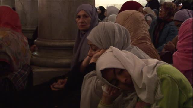 vidéos et rushes de a group of muslim women gather to worship. - islam