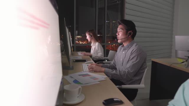 vídeos de stock, filmes e b-roll de grupo de novos suportes de venda de negócios online e call center ajudando o cliente a encontrar uma solução para clientes de negócios e conselhos - vestuário de trabalho formal
