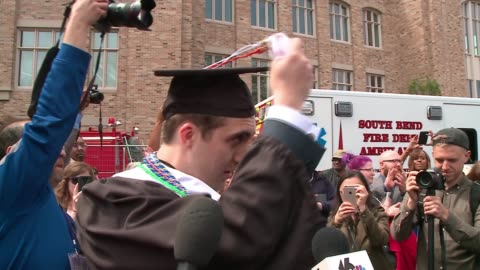 vidéos et rushes de group of notre dame graduates walked out of their graduation ceremony on may 21, 2017 in protest against vice president mike pence and his policies.... - chapeau
