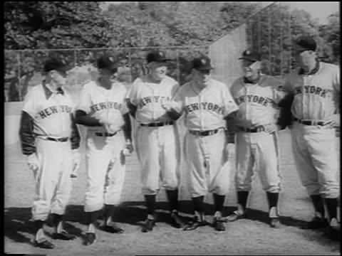 vídeos y material grabado en eventos de stock de b/w 1962 group of ny mets in uniform standing in line outdoors / newsreel - uniforme de béisbol