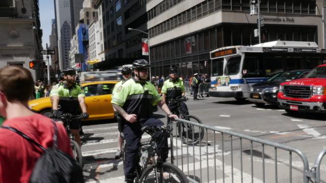 group of nypd police officier riding bike patroling in new york city - ansvar bildbanksvideor och videomaterial från bakom kulisserna