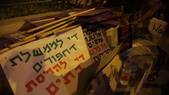 vidéos et rushes de a group of palestinian and israeli activists protested thursday against israel's demolition policy aimed at razing palestinian homes in occupied east... - israël