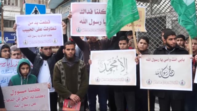 vídeos de stock, filmes e b-roll de a group of palestinians gather to protest against cartoons depicting islam's prophet mohammad by french satirical magazine charlie hebdo in gaza city... - sátira