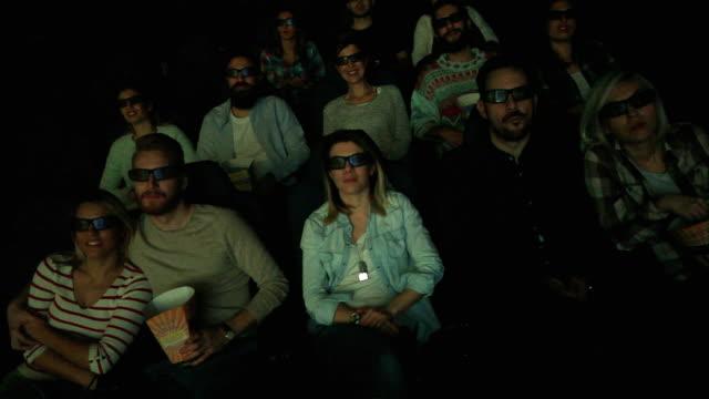 vídeos de stock, filmes e b-roll de grupo de pessoas que estão no cinema e assistir filme - óculos de terceira dimensão