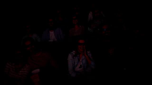 stockvideo's en b-roll-footage met groep mensen zijn in de bioscoop - in kleermakerszit