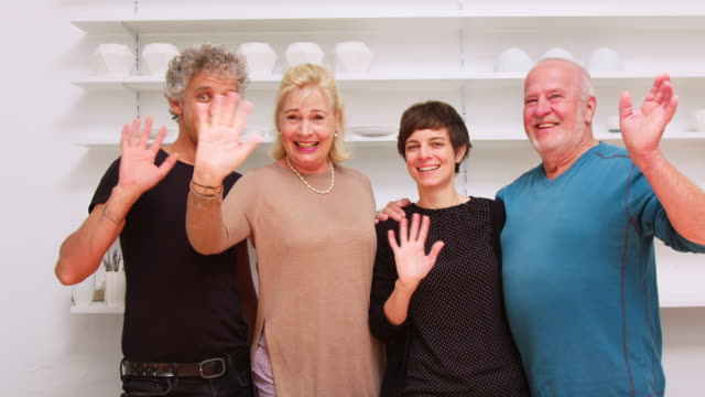 カメラで手を振る陶器スタジオの人々のグループ - 美術工芸品点の映像素材/bロール