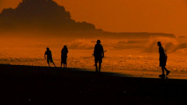 Gruppe von Menschen, die am Strand