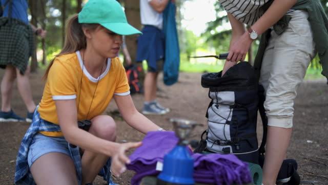 vidéos et rushes de groupe de personnes campant ensemble - tente