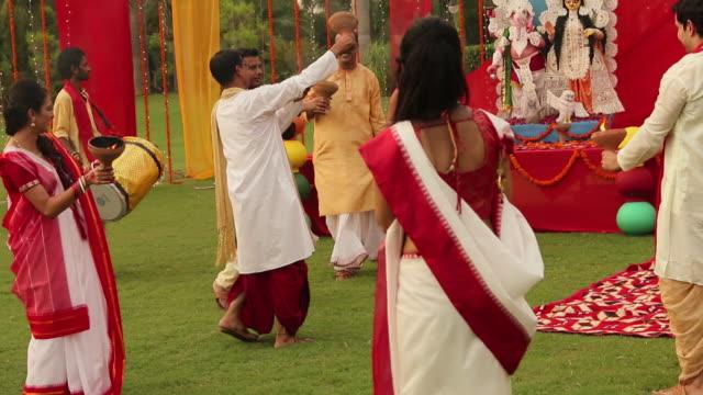 group of people celebrating durga puja, kolkata, west bengal - dhoti video stock e b–roll
