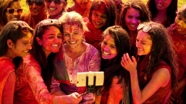 stockvideo's en b-roll-footage met group of people celebrating holi festival, delhi, india - holi phagwa