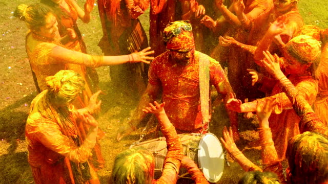 vidéos et rushes de group of people celebrating holi festival, delhi, india - inde
