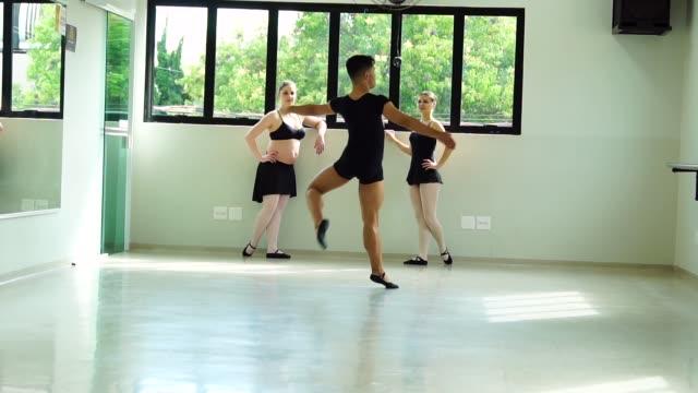 vídeos de stock, filmes e b-roll de grupo de pessoas que fazem as aulas de balé - balé
