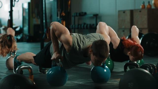 grupp människor gör övning i gymmet - tre människor bildbanksvideor och videomaterial från bakom kulisserna