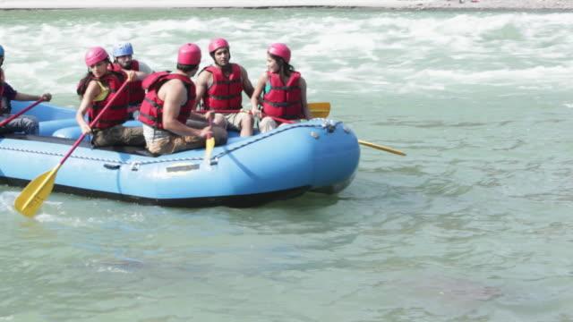 vídeos de stock, filmes e b-roll de group of people doing river rafting  - rishikesh