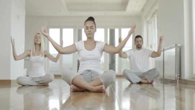 vídeos y material grabado en eventos de stock de grupo haciendo ejercicios de yoga - centro de yoga