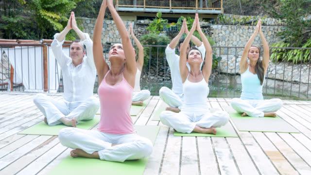 gruppe von menschen yoga - menschliche gliedmaßen stock-videos und b-roll-filmmaterial