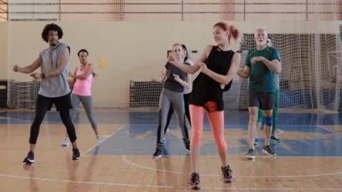 ズンバクラスを楽しむ人々のグループ - active lifestyle点の映像素材/bロール