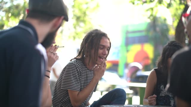 vidéos et rushes de groupe de personnes / friends having fun park - brazilian ethnicity