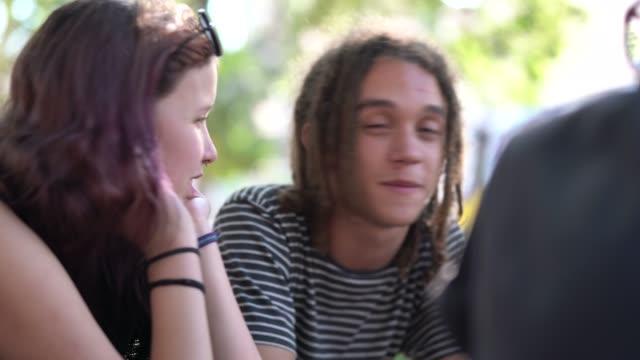 人々 のグループ/公園で楽しい友達 - 思春期点の映像素材/bロール
