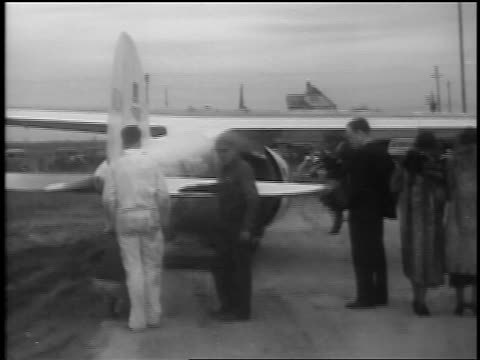vidéos et rushes de b/w 1935 group of people gathered by winnie mae prop plane on airfield / cleveland oh / newsreel - 1935
