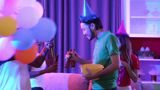gruppe von menschen haben spaß und betrunken - wide stock-videos und b-roll-filmmaterial