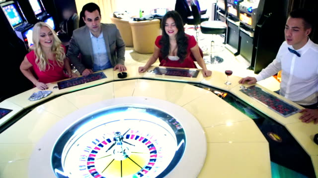 gruppe von menschen, die spaß im casino. - geld verdienen stock-videos und b-roll-filmmaterial